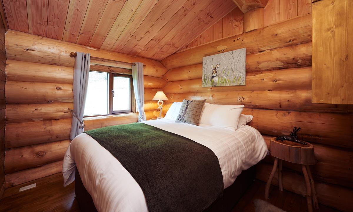 MOUNTAIN EDGE SHROPSHIRE LOG CABINS LOG ACCOMMODATION BEDROOM - log cabins shropshire