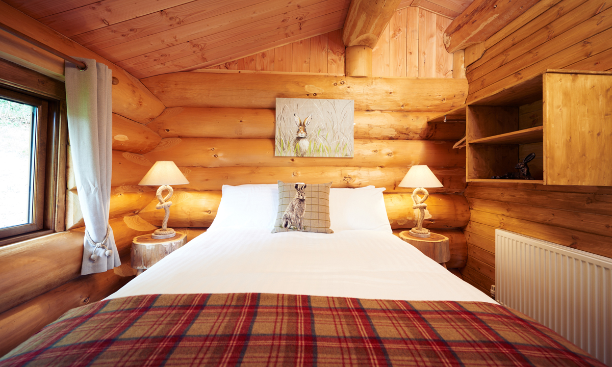 MOUNTAIN EDGE SHROPSHIRE LOG CABINS LOG ACCOMMODATION BEDROOM - log cabins shropshire